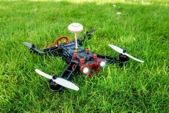 Racecopter im Rasen