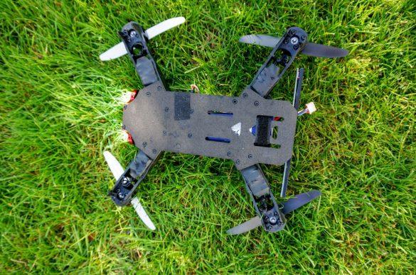 Racecopter im Rasen von unten