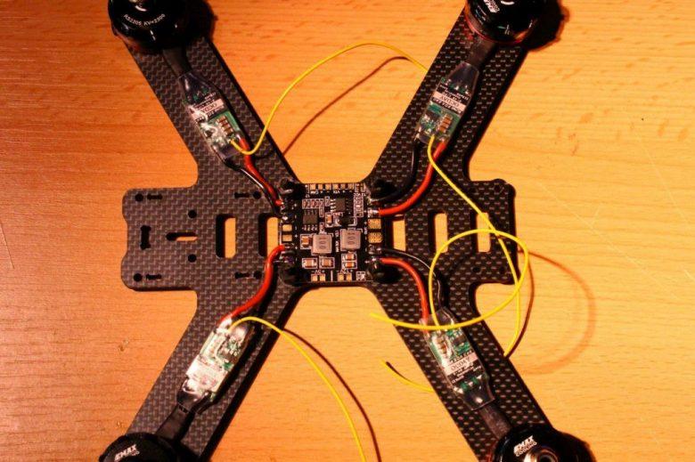 Centerplatte mit Regler, Motoren und PDB