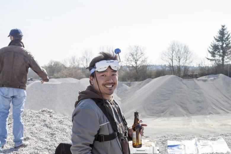 Typ mit Bier in der Hand